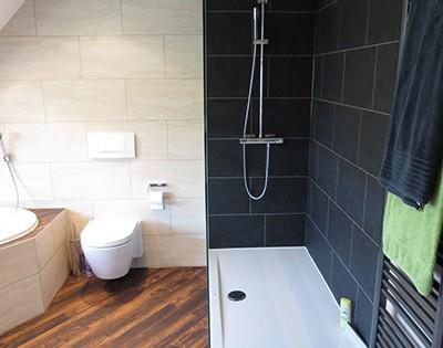 Bad und Dusche als eigene Areale